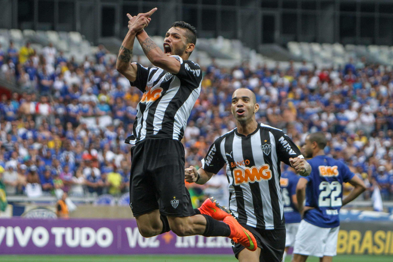 O Atlético-MG venceu o Cruzeiro por 3 a 2 neste domingo no Mineirão e subiu para a quinta colocação do Campeonato Brasileiro