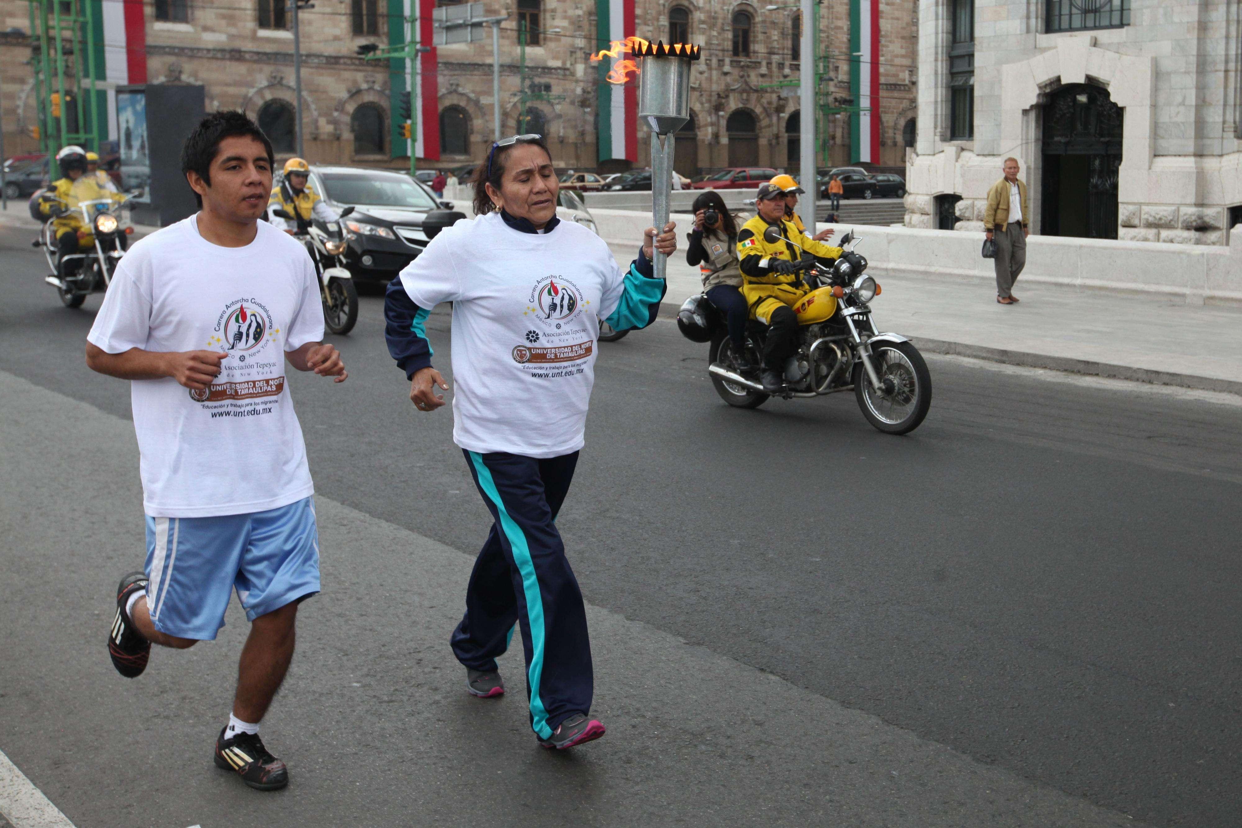 Cerca de 50 corredores arrancaron junto con 6 autobuses la carrera de Antorcha Guadalupana con rumbo a la Catedral de San Patricio en la ciudad de Nueva York Foto: Terra