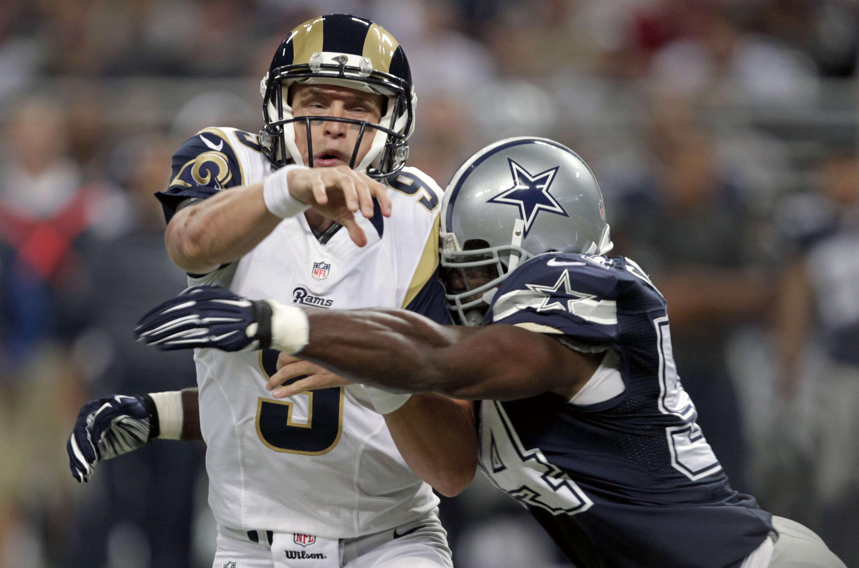 El QB de los Rams, Astin Davis es golpeado por el linebacker Bruce Carter Foto: AP