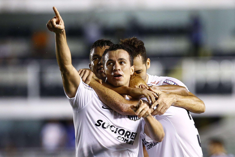 Leandro Damião comemora o primeiro gol marcado pelo Santos na Vila Belmiro Foto: Ricardo Saibun/Gazeta Digital