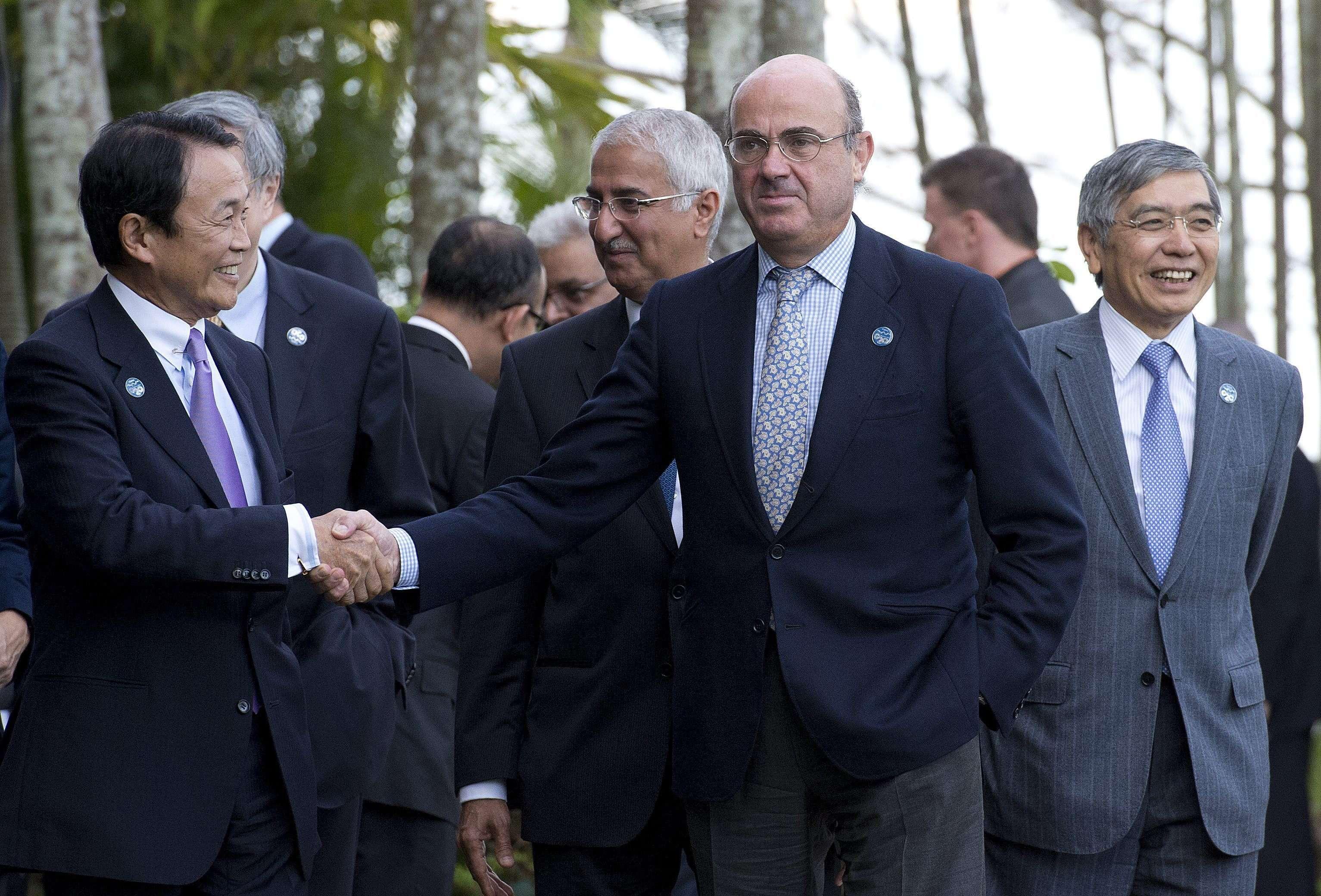 El ministro japonés de Finanzas, Taro Aso (izq), saluda al ministro español de Economía, Luis de Guindos (dhca), durante la reunión del G20 en la ciudad australiana de Cairns. Foto: EFE