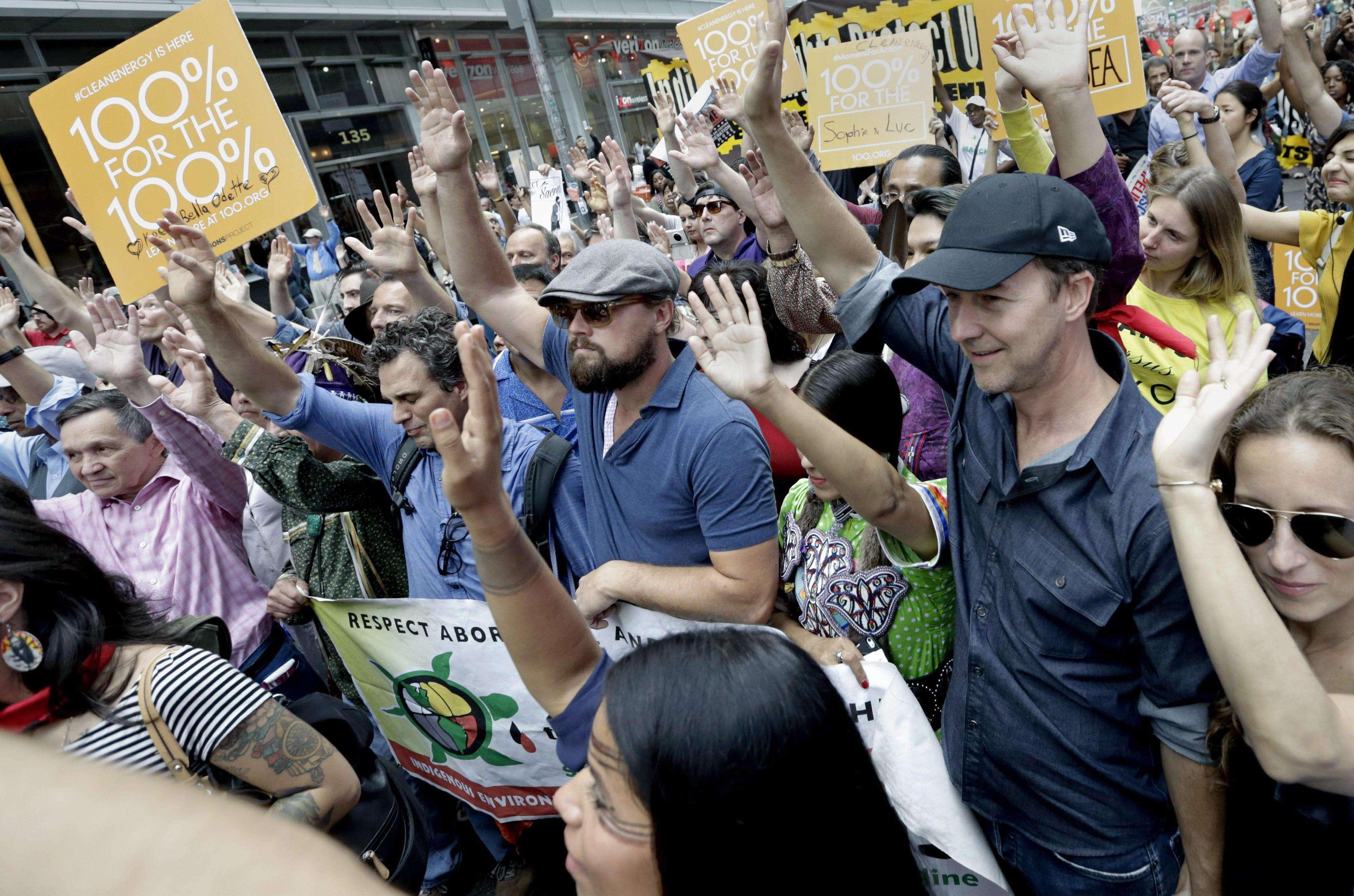 Leonardo DiCaprio (c), Mark Ruffalo (i) y Edward Norton (d) en la marcha contra el cambio climático en Nueva York. Foto: EFE