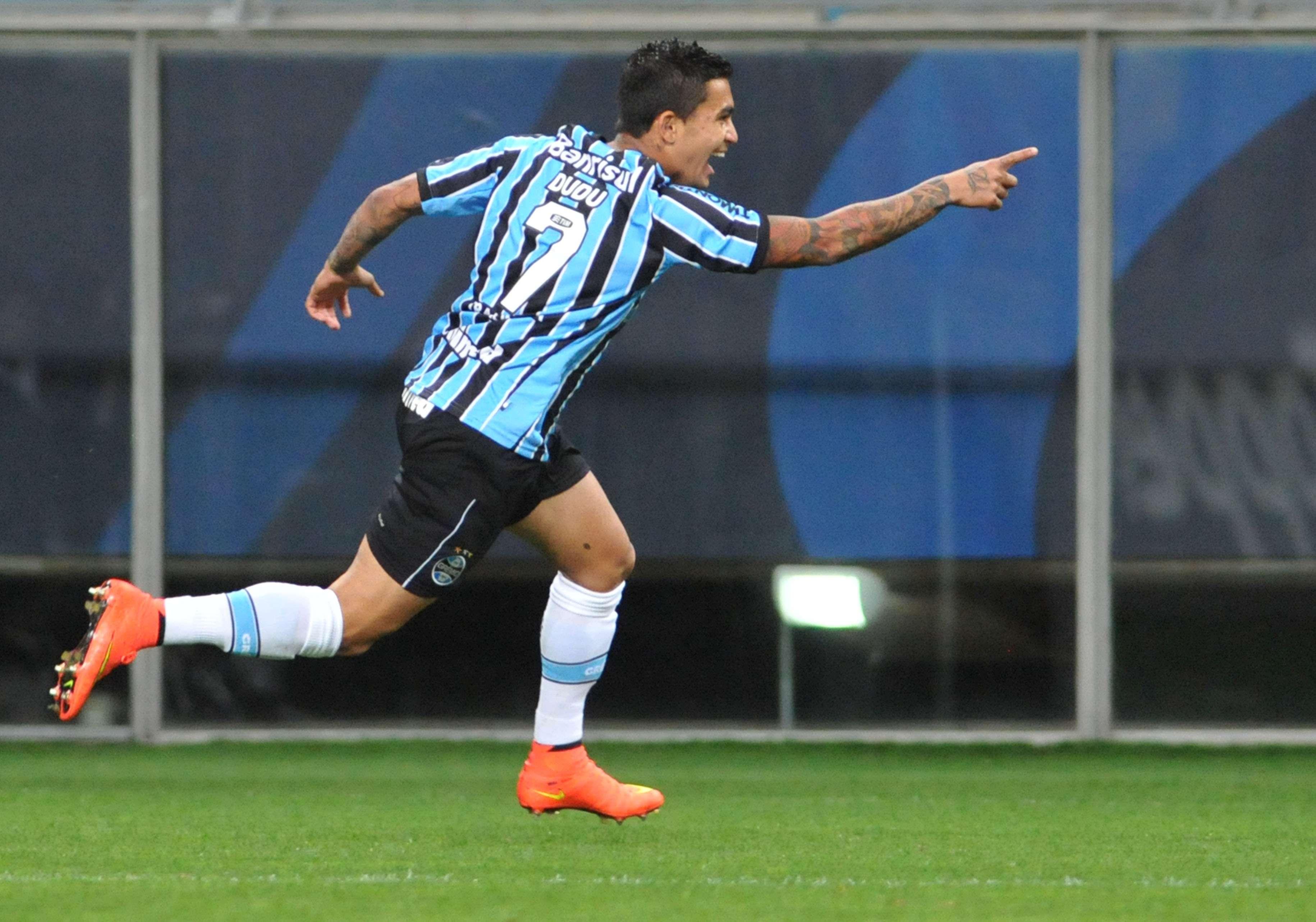 Dudu aproveita rebote e abre o placar para o Grêmio na Arena Foto: Ricardo Rimoli/Lancepress!