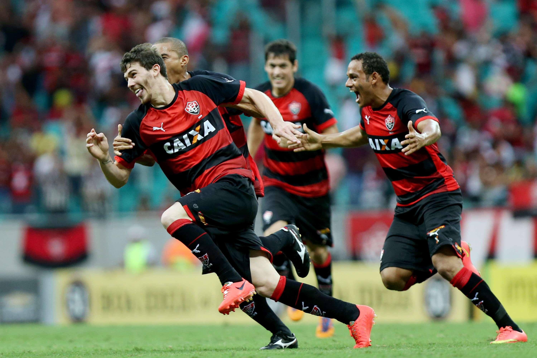 Luiz Gustavo comemora o gol da virada sobre o Bahia neste domingo, na Arena Fonte Nova Foto: Felipe Oliveira/Getty Images