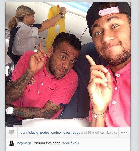 Astro del Barcelona se relaja junto a su compañero y amigo Daani Alves también brasileño. Foto: Neymar Instagram.
