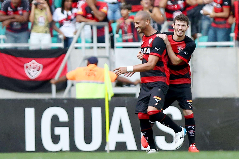 Kadu comemora o primeiro gol do Vitória contra o Bahia na Fonte Nova Foto: Felipe Oliveira/Getty Images
