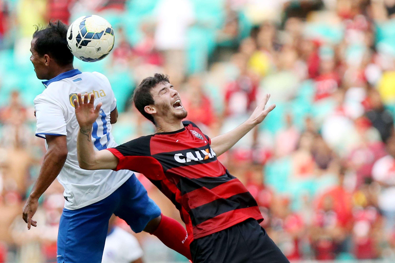 Jogadores disputam bola pelo alto na Fonte Nova Foto: Felipe Oliveira/Getty Images