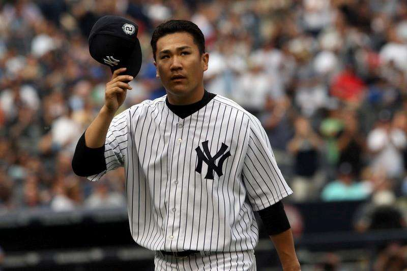 New York Yankees starting pitcher Masahiro Tanaka (19) tips his cap as he leaves the game in the sixth inning against the Toronto Blue Jays at Yankee Stadium. Noah K. Murray-USA TODAY Sports. Foto: Reuters