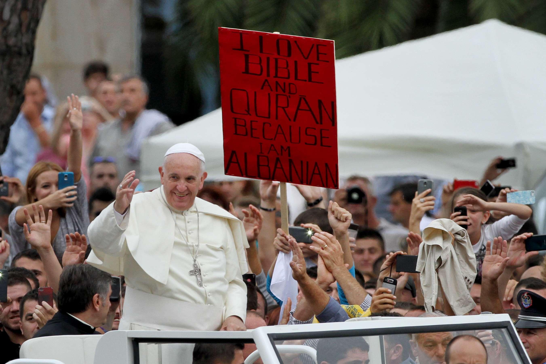 El Papa Francisco inició este domingo una visita de un día en Albania, país de los Balcanes dirigido por una coalición entre musulmanes, católicos y ortodoxos, donde denunció el uso de la religión como pretexto para justificar la violencia. Foto: AFP en español
