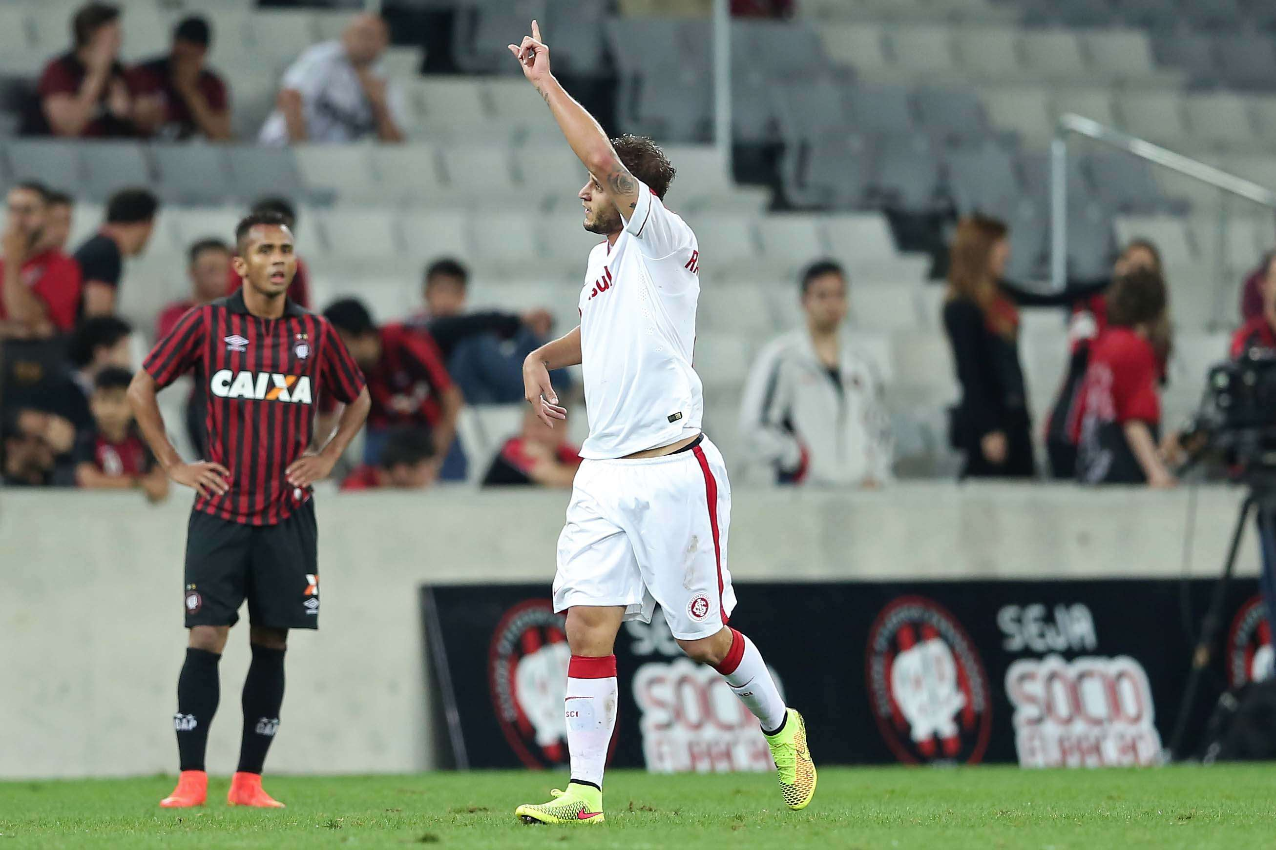 Rafael Moura comemora gol marcado na Arena da Baixada Foto: Heuler Andrey/Getty Images