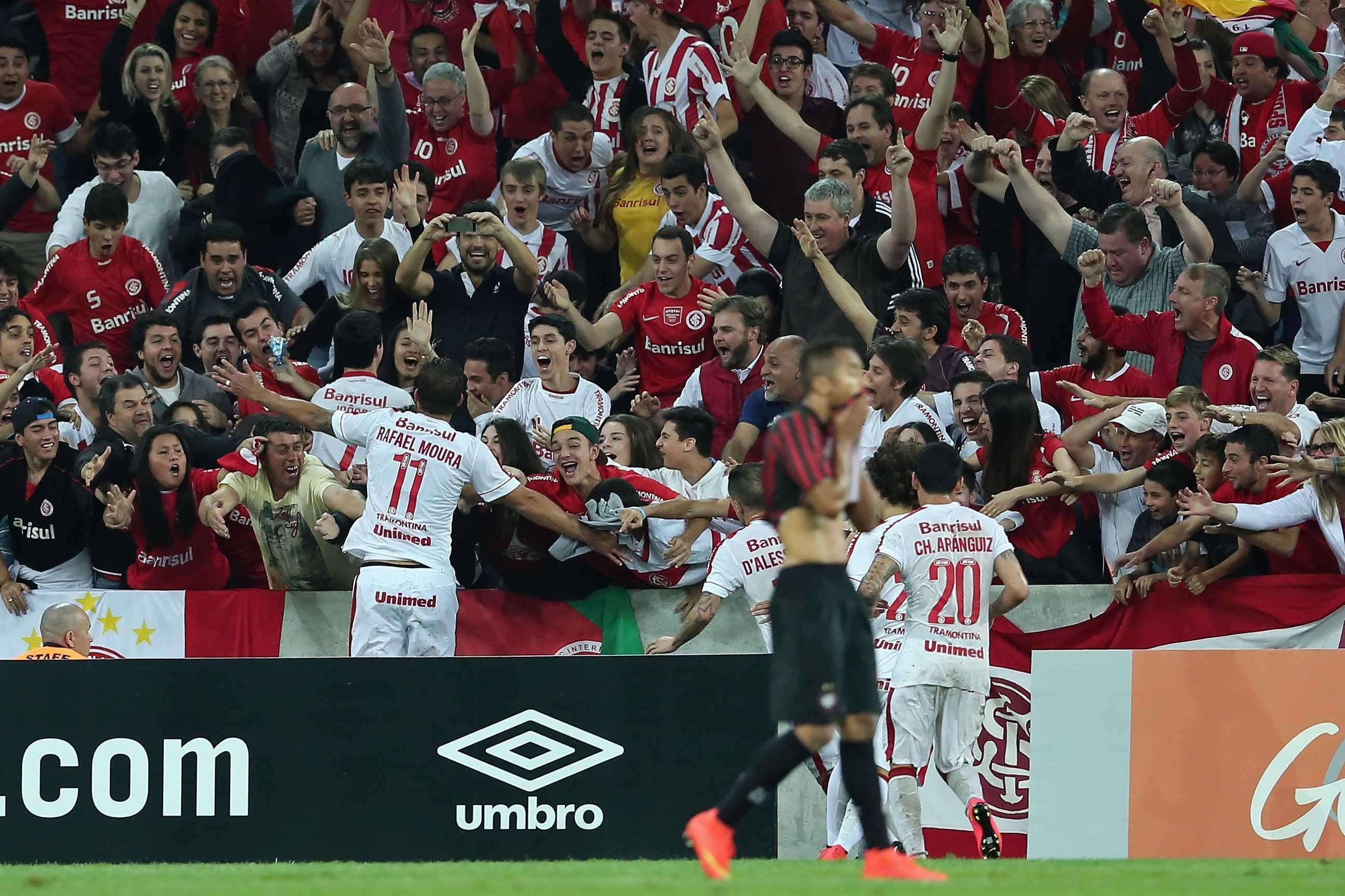 Rafael Moura comemora com a torcida o fim de jejum de gols Foto: Heuler Andrey/Getty Images