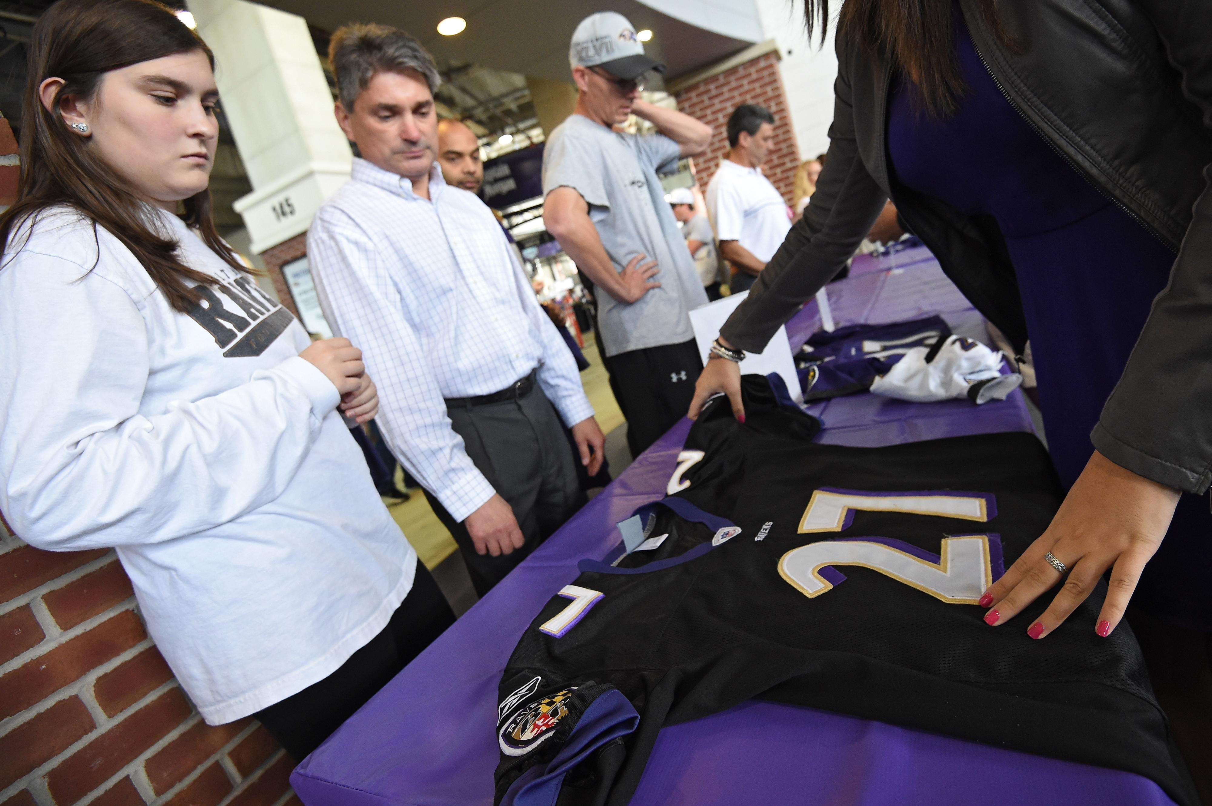Aficionados de Ravens regresan las camisetas que habían comprado de Ray Rice. Foto: Getty Images