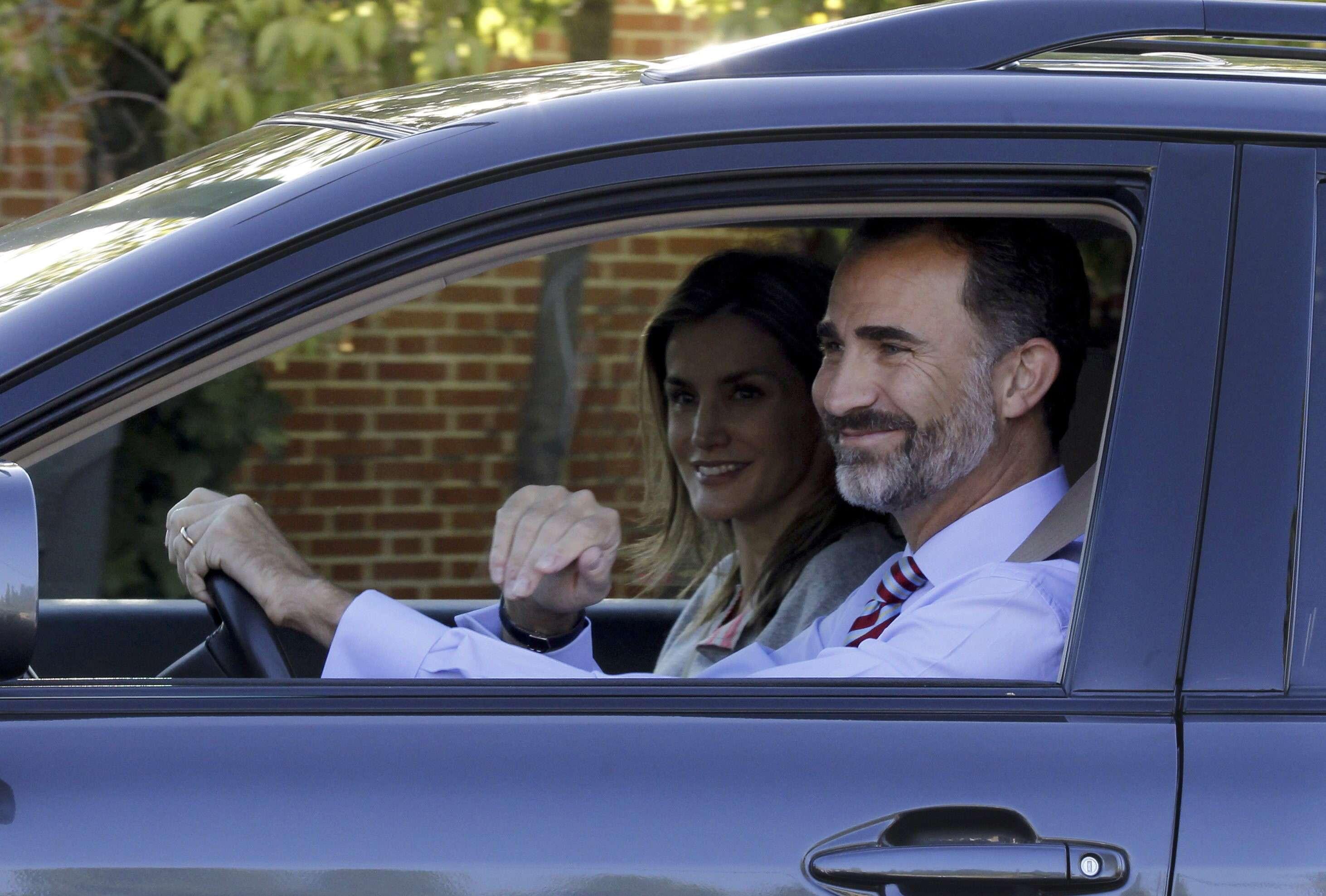 Los reyes Felipe y Letizia acompañan a la princesa de Asturias y a su hermana, la infanta Sofía, al comienzo de las clases en el colegio Santa María de los Rosales de Madrid, el 12 de septiembre de 2014. Foto: EFE
