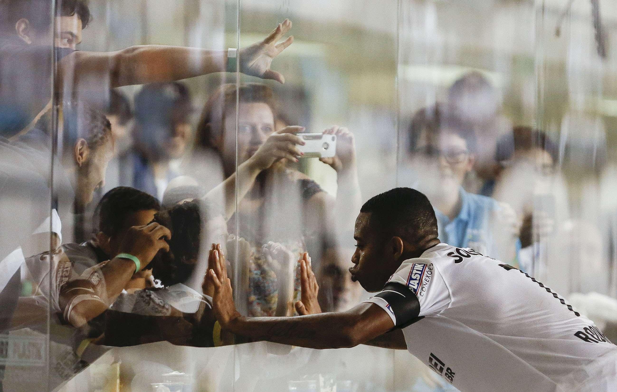 Robinho vibra com filho nos camarotes da Vila Belmiro Foto: Miguel Schincariol/Getty Images