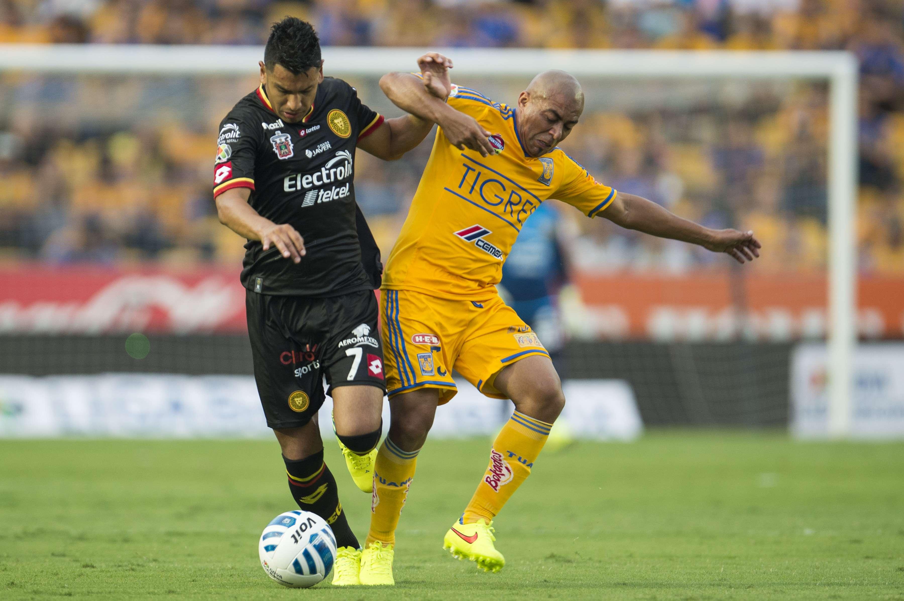 Con gol de Gerardo Lugo Tigres logró una sufrida victoria 1-0 sobre Leones Negros, luego de que Jorge Torres Nilo fue expulsado al minuto 27. Foto: Mexsport
