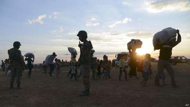 Curdos tentam escapar do avanço do EI na Síria pela fronteira com a Turquia Foto: AP