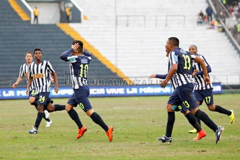 Víctor Cedrón corre a celebrar su gol. El primero que anota con la casaquilla blanquiazul. Foto: Facebook Alianza.