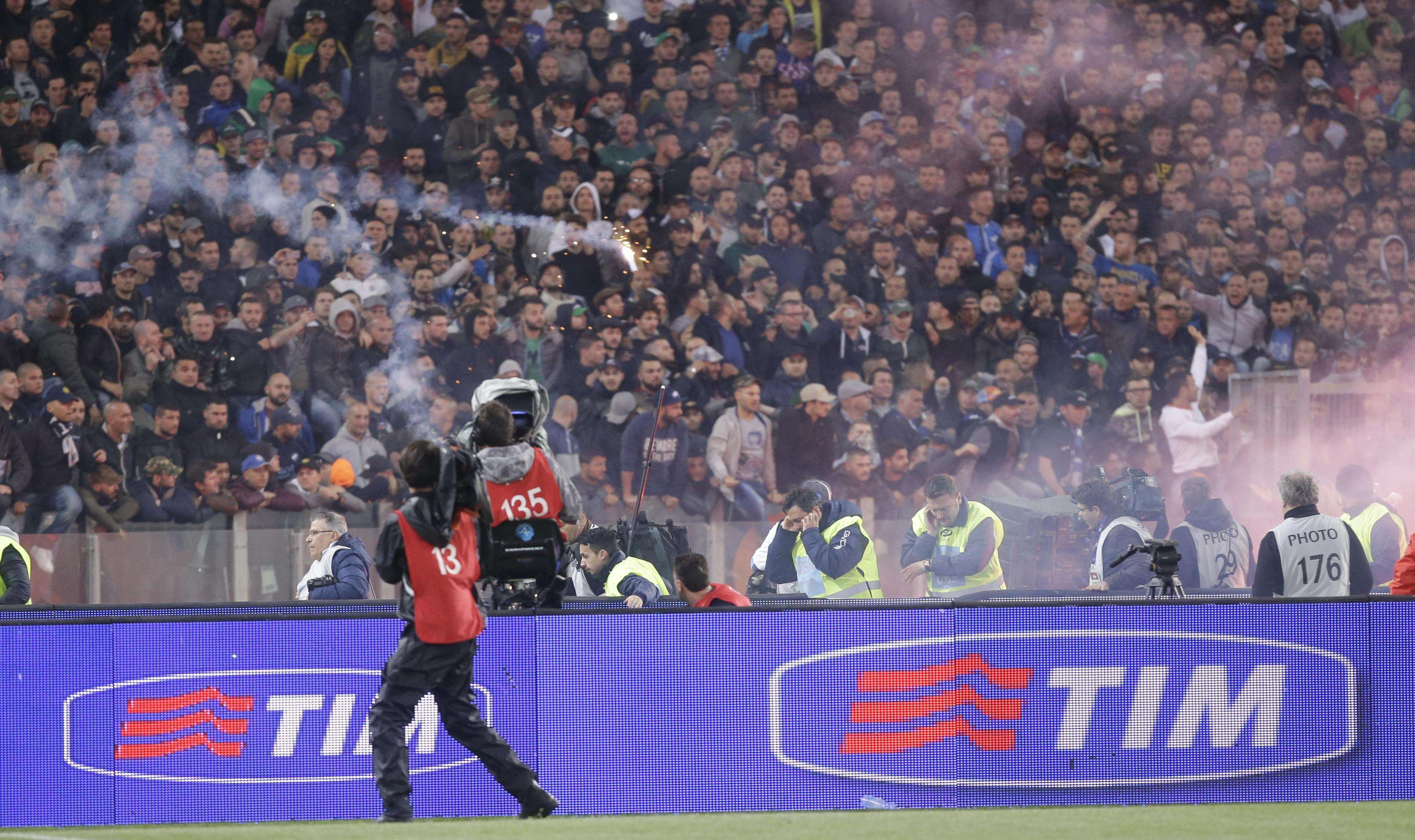 Napoli fans throwing flairs during the Italian Cup final. Foto: AP Images