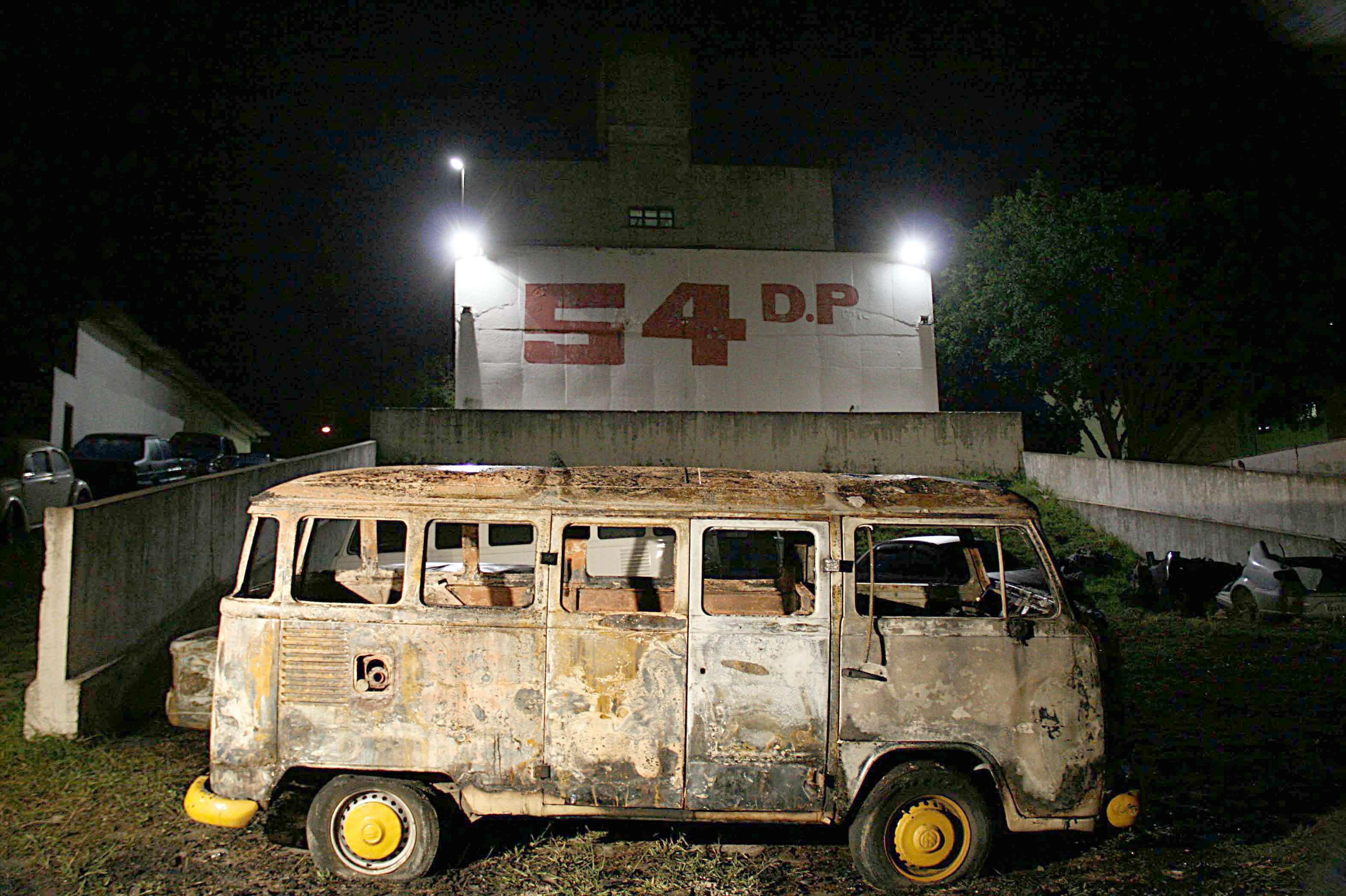Veículos foram incendiados em uma delegacia na zona leste de São Paulo Foto: Edison Temoteo/Futura Press
