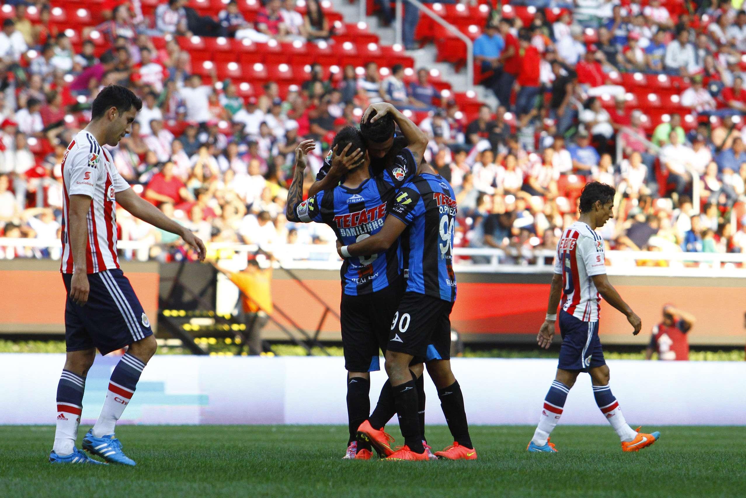 A Chivas le pesó la expulsión de Carlos Salcido y se llevó una goleada 4-1 ante Querétaro en el estadio Omnilife, en la presentación de Ronaldinho en un partido de liga en el futbol mexicano. Foto: Imago7