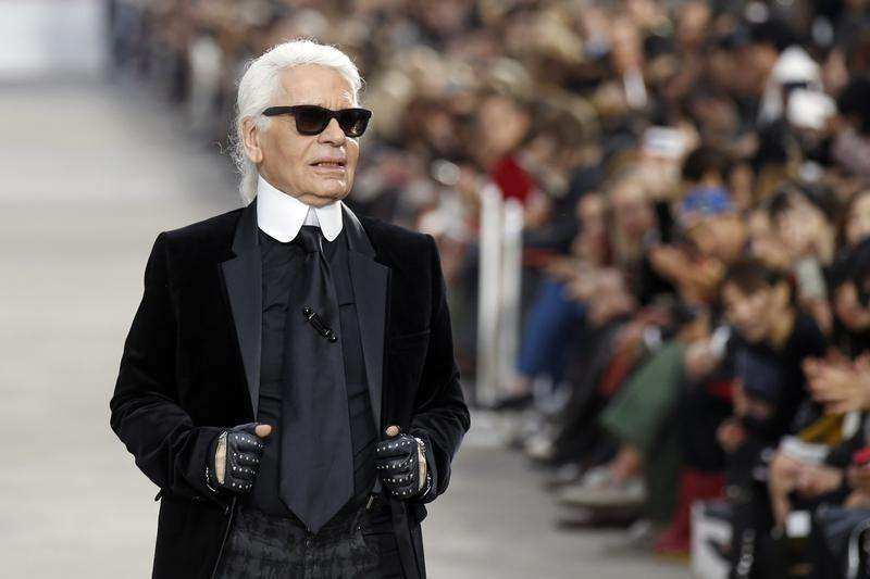German designer Karl Lagerfeld appears at the end of his Spring/Summer 2014 women's ready-to-wear fashion show for French fashion house Chanel during Paris fashion week October 1, 2013. Foto: Benoit Tessier/Reuters