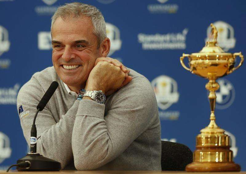 Europe Ryder Cup captain Paul McGinley smiles as he sits with the Ryder Cup during a news conference ahead of the 2014 Ryder Cup at Gleneagles in Scotland September 22, 2014. Foto: Phil Noble/Reuters