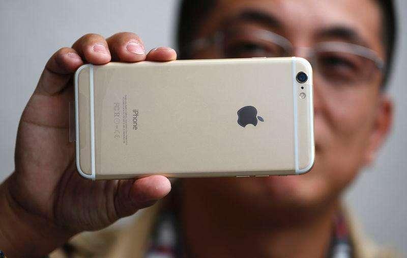 Un hombre sujeta su nuevo IPhone 6 Plus luego de comprarlo en una tiena Apple en Pasadena. Imagen de archivo, 19 septiembre, 2014. Apple vendió un récord de 10 millones de iPhones en el primer fin de semana después de que sus nuevos modelos de teléfonos inteligentes salieron a la venta en 10 países el viernes. Foto: Lucy Nicholson/Reuters