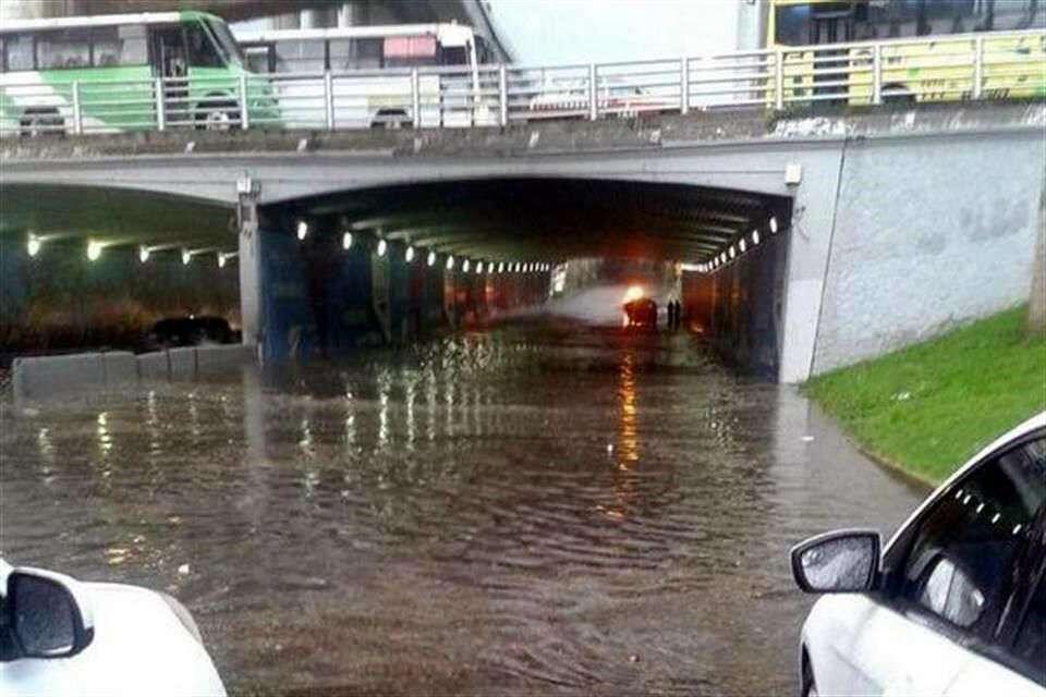 La lluvia provocó un encharcamiento en un desnivel de Periférico, a la altura de San Jerónimo, lo que complica el tránsito rumbo al norte Foto: Reforma/Tomada de Twitter