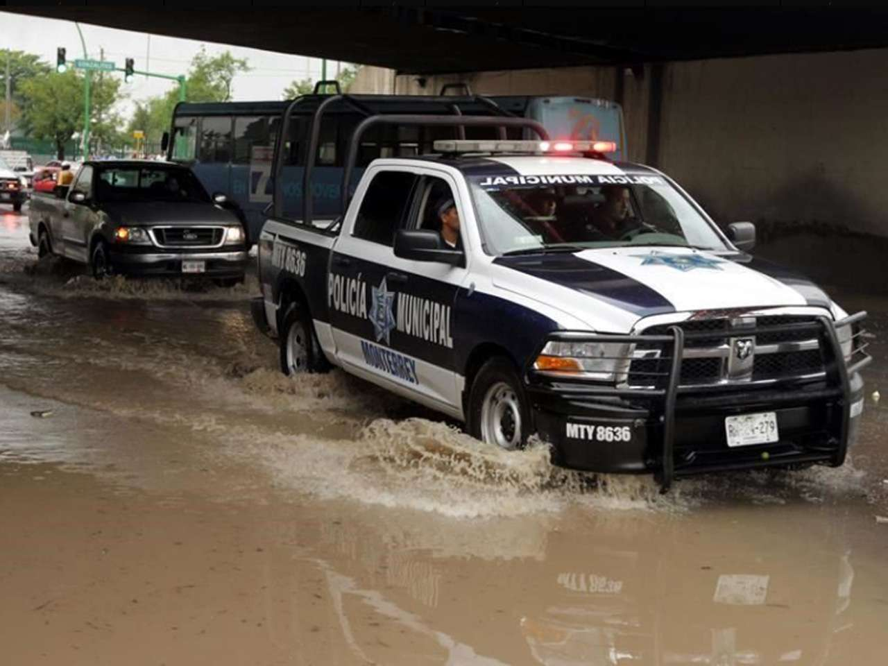 Una inundación en Lincoln bajo el puente de Gonzalitos, provocó caos vial y vehículos varados en ese lugar Foto: Reforma