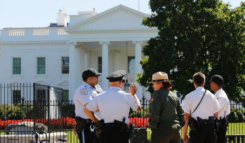 Representantes do Serviço Secreto dos EUA se reúnem diante da Casa Branca nesta segunda-feira. Foto: Larry Downing/Reuters