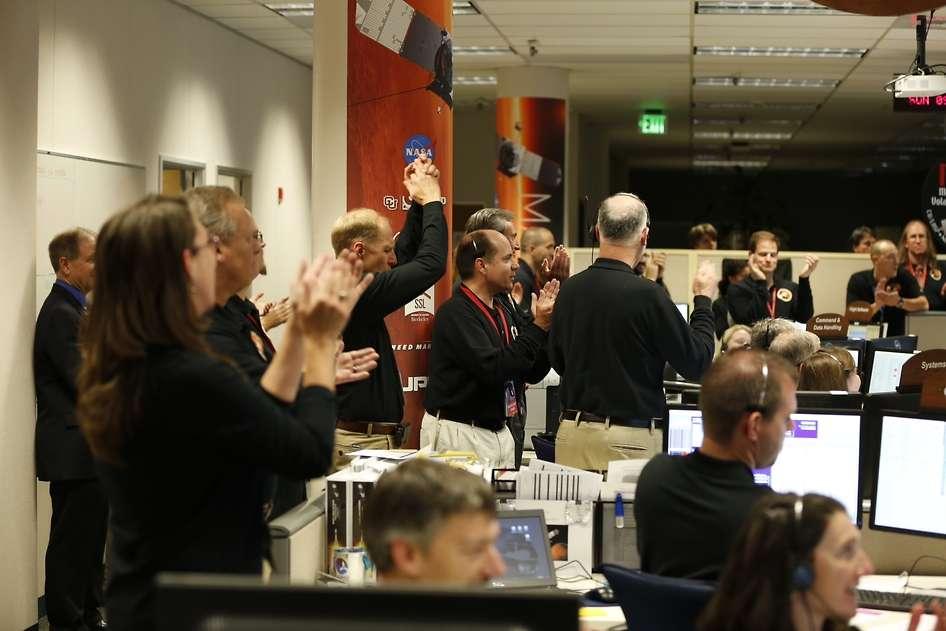 Miembros la NASA celebran en el centro de operaciones de Lockheed Martin la noche de este domingo, después de recibir la confirmación de que la nave entró en la órbita de Marte Foto: NASA