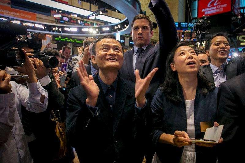 Fundador de Alibaba, Jack Maz, y su gerente financiero, Maggie Wu, en la OPI de la compañía en la bolsa de Nueva York. Imagen de archivo, 19 septiembre, 2014. Alibaba Group Holding Ltd y algunos de sus accionistas vendieron unos 48 millones de acciones adicionales, dijo el lunes una fuente con conocimiento directo de la operación, convirtiendo a la oferta pública inicial (OPI) en la mayor de la historia a nivel global con sus 25.030 millones de dólares. Foto: Brendan McDermid/Reuters