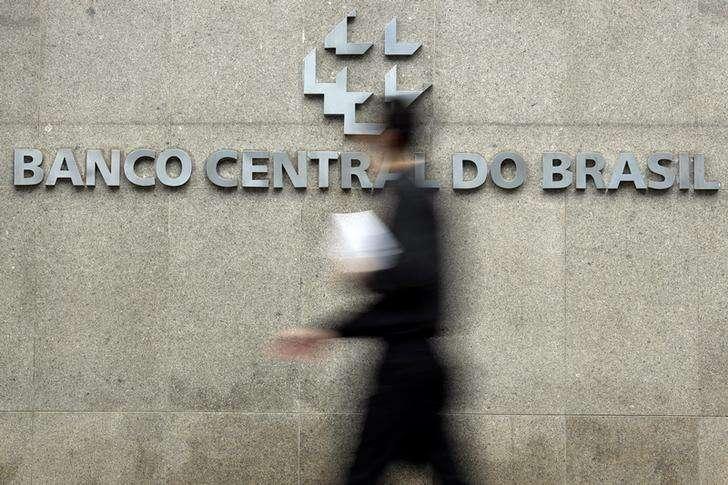 Homem passa pela logomarca do Banco Central na sede do banco em Brasília. 15/01/2014 Foto: Ueslei Marcelino/Reuters