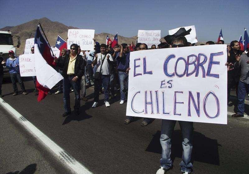 Imagen de archivo de trabajadores de minera Escondida en una marcha en Antofagasta. 25 julio, 2011. Los trabajadores de la mina de cobre Escondida en Chile, el mayor yacimiento mundial del metal rojo, iniciaron el lunes una paralización de 24 horas en demanda de mejoras laborales, dijo a Reuters el sindicato. Foto: Moises Avila/Reuters