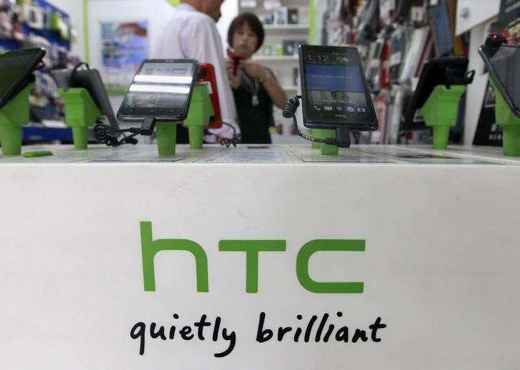 HTC smartphones en una tienda comercial en Taipei. Imagen de archivo, 30 julio, 2013. Google ha seleccionado a HTC para la fabricación de su próxima tableta Nexus de 9 pulgadas, informó el Wall Street Journal, citando personas familiarizas con el asunto. Foto: Pichi Chuang/Reuters