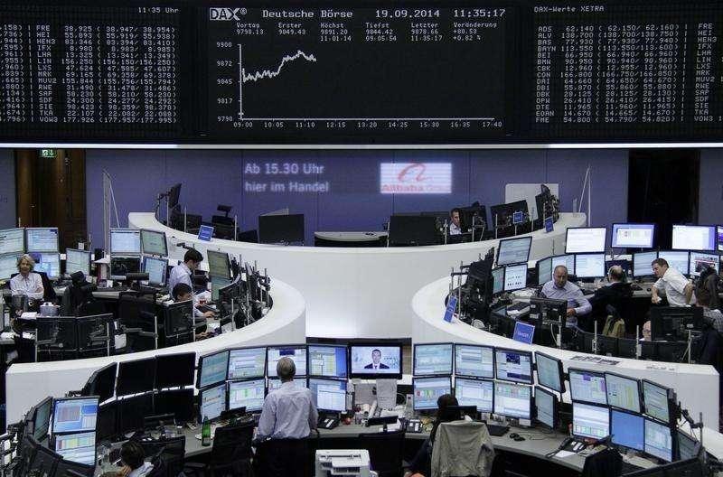 El índice europeo FTSEurofirst 300 abrió a la baja el lunes, presionado por las preocupaciones sobre el ritmo de crecimiento de la economía china, lo que afectaba a las empresas mineras, mientras que el grupo de distribución Tesco retrocedía tras recortar su previsión de beneficio para el primer semestre. En la imagen, operadores en sus mesas delante de una pantalla con el DAX en la bolsa de Fráncfort el 19 de septiembre de 2014. Foto: Remote/Reuters