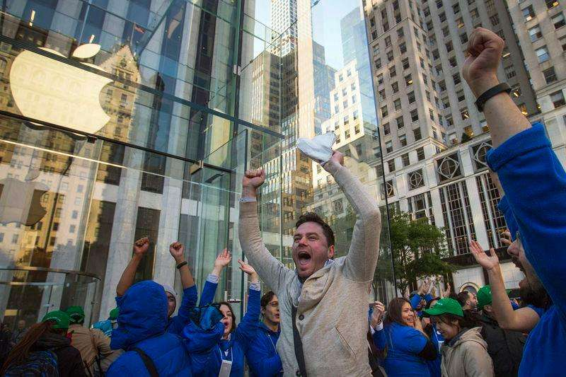 Apple vendió un récord de 10 millones de iPhones en el primer fin de semana después de que sus nuevos modelos de teléfonos inteligentes salieron a la venta en 10 países el viernes. En la imagen, un hombrecelebra con empleados de Apple ser el primero en comprar el nuevo iPhone 6 en Manhattan, el 19 de septiembre de 2014. Foto: Adrees Latif/Reuters