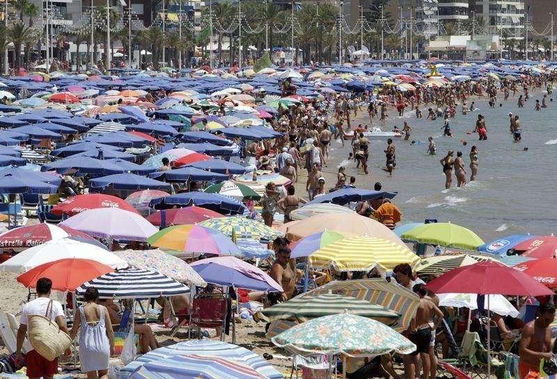 España ha batido un nuevo récord en el sector turístico al recibir algo más de 9 millones de turistas en agosto, gracias sobre todo a la fuerte afluencia de turistas británicos y franceses. En la imagen, turistas en Benidorm (Alicante), el 6 de agosto de 2014. Foto: Heino Kalis/Reuters