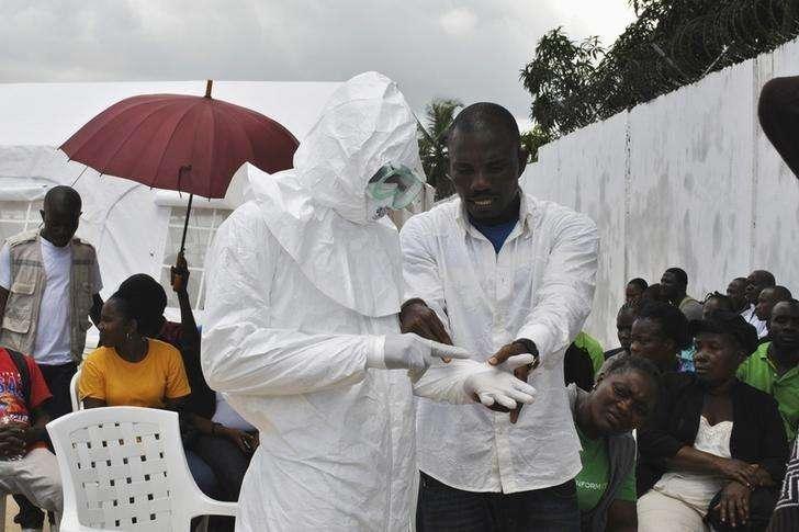 Expertos de salud que asesoran a la Organización Mundial de la Salud (OMS) instaron a que no se impongan prohibiciones generales para realizar viajes o negocios con los países azotados por una epidemia de ébola en África Occidental, informó el lunes la agencia de las Naciones Unidas. En la imagen, un voluntario con equipo protector en un centro para el tratamiento del ébola en Monrovia, Liberia, el 21 de septiembre de 2014. Foto: James Giahyue/Reuters