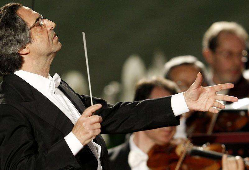 Italian director Riccardo Muti conducts a concert offered to the Pope by Italian President Giorgio Napolitano in Paul VI Hall at the Vatican May 11, 2012. Foto: Max Rossi/Reuters