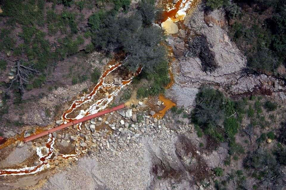 En un sobrevuelo sobre la zona, que ofreció ayer el Gobierno estatal, se pudo observar que persisten los derrames en los almacenamientos de residuos mineros. Foto: Reforma