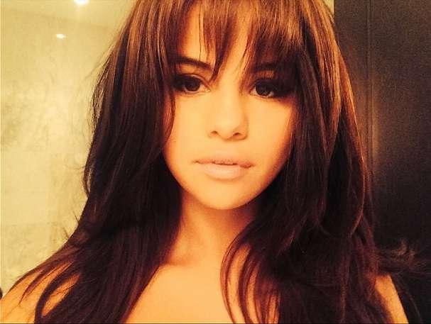 Selena Gomez combina fios longos com franja assimétrica Foto: @selenagomez/Reprodução/Instagram