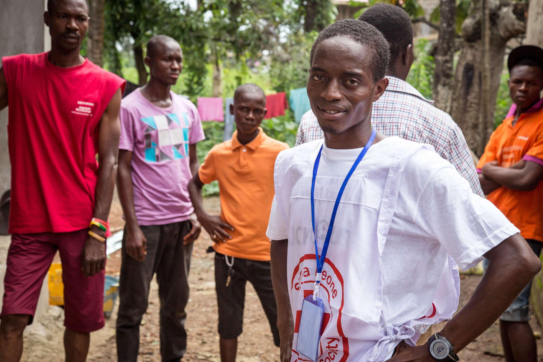 Agentes foram de casa em casa, em Serra Leoa, para procurar possíveis corpos e casos de infectados por ebola Foto:  Michael Duff/AP
