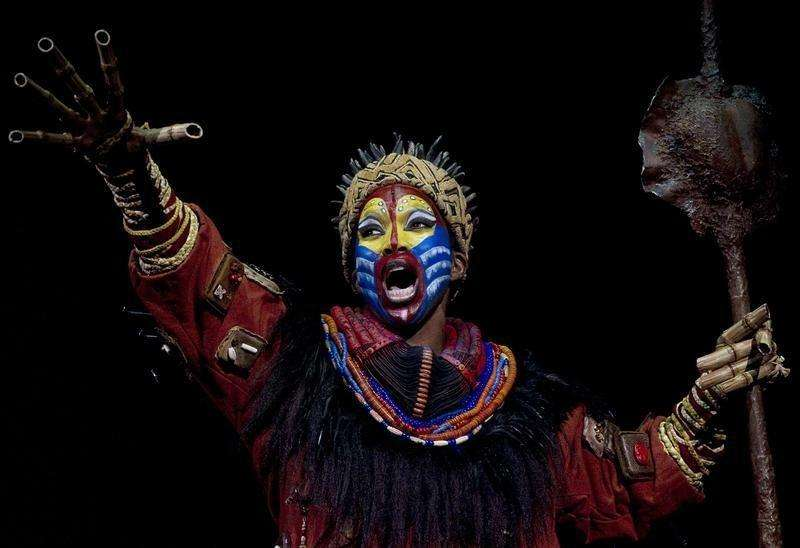 "Actress Brenda Mhlongo dressed as ""Rafiki"" performs during the press rehearsal of ""El Rey Leon"" (""The Lion King"") musical shows in Madrid October 13, 2011. Foto: Sergio Perez/Reuters"