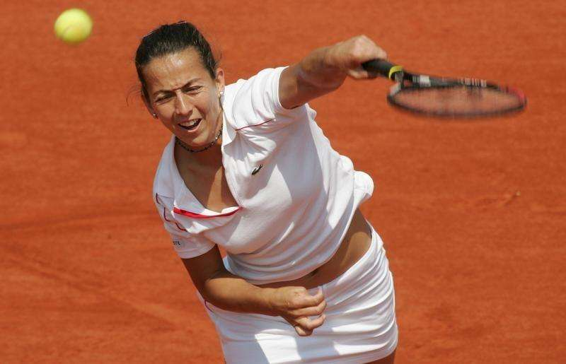 Gala Leon Garcia of Spain serves to Mary Pierce of France during the French Open tennis tournament at Roland Garros stadium in Paris, May 27, 2004. Foto: Philippe Wojazer/Reuters