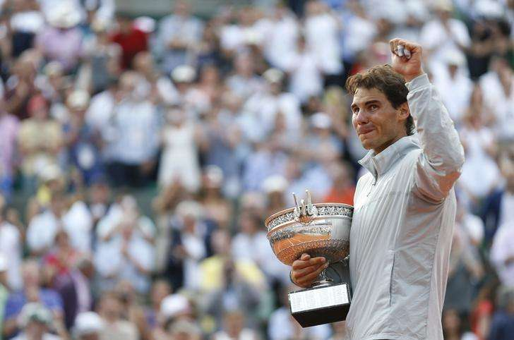 Rafael Nadal of Spain reacts as he attends the trophy ceremony after defeating Novak Djokovic of Serbia during their men's singles final match to win the French Open Tennis tournament at the Roland Garros stadium in Paris June 8, 2014. Foto: Vincent Kessler/Reuters