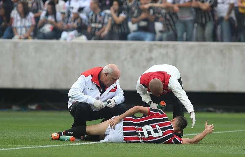 Rafael Tolói sente lesão muscular no clássico contra o Corinthians Foto: Rubens Chiri/São Paulo FC/Divulgação