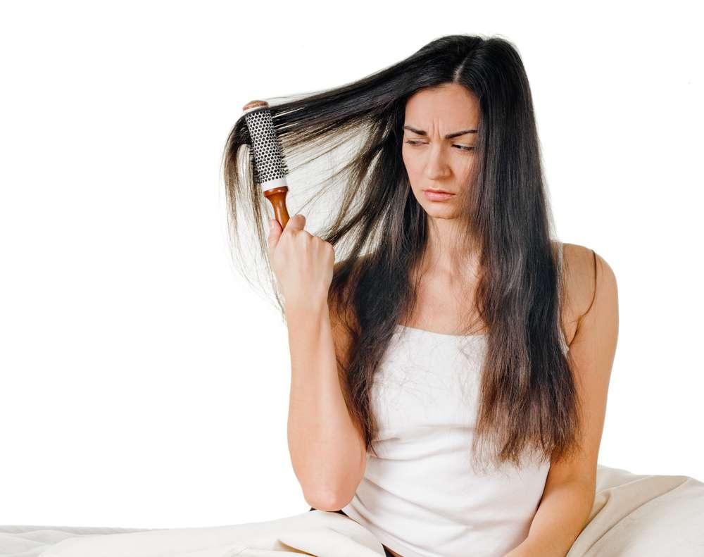 O cabelo desnutrido fica poroso, sem brilho e é difícil de desembaraçar Foto: Denys Kurbatov/Shutterstock