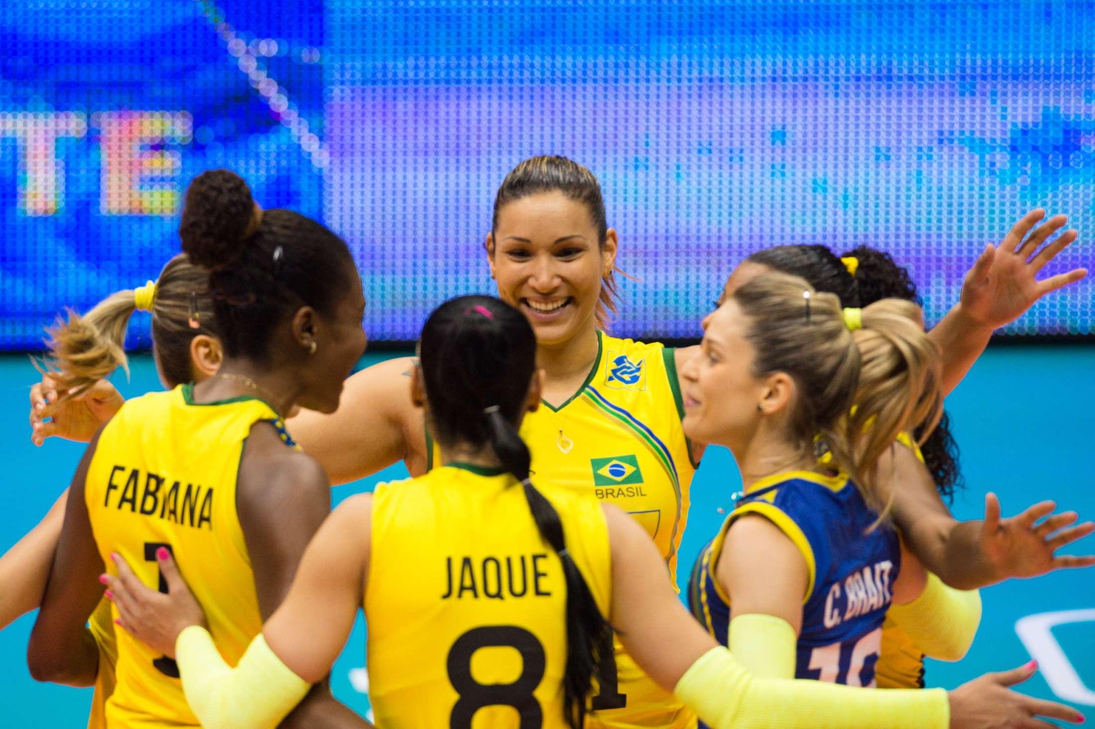 Brasileiras comemoram vitória sobre a Bulgária por 3 sets a 0 Foto: FIVB/Divulgação
