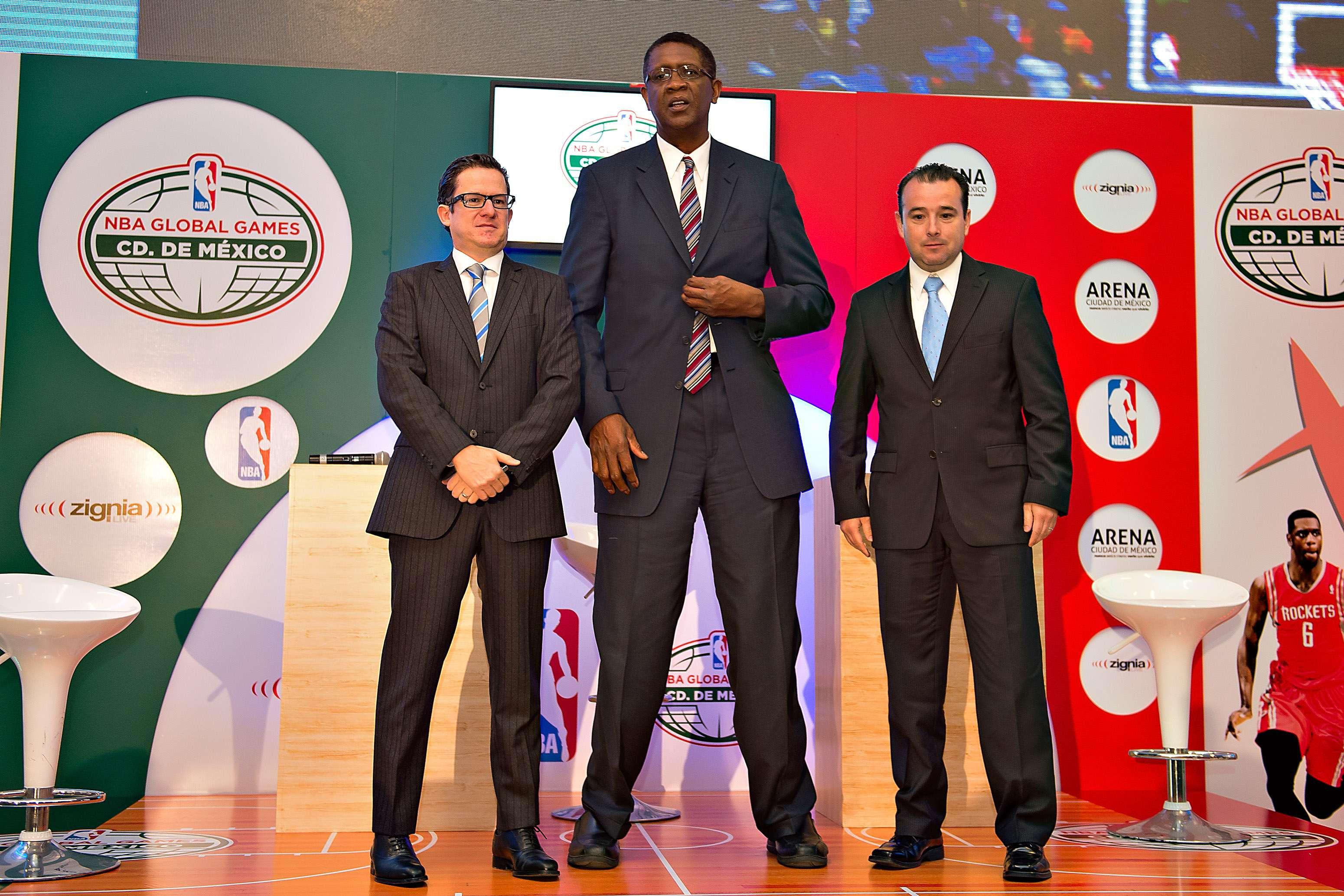 En el acto estuvieron presentes Raúl Zárraga, director de NBA México, Bill Cartwright, exjugador de los Chicago Bulls y Alejandro Arce de Zignia. Foto: Mexsport